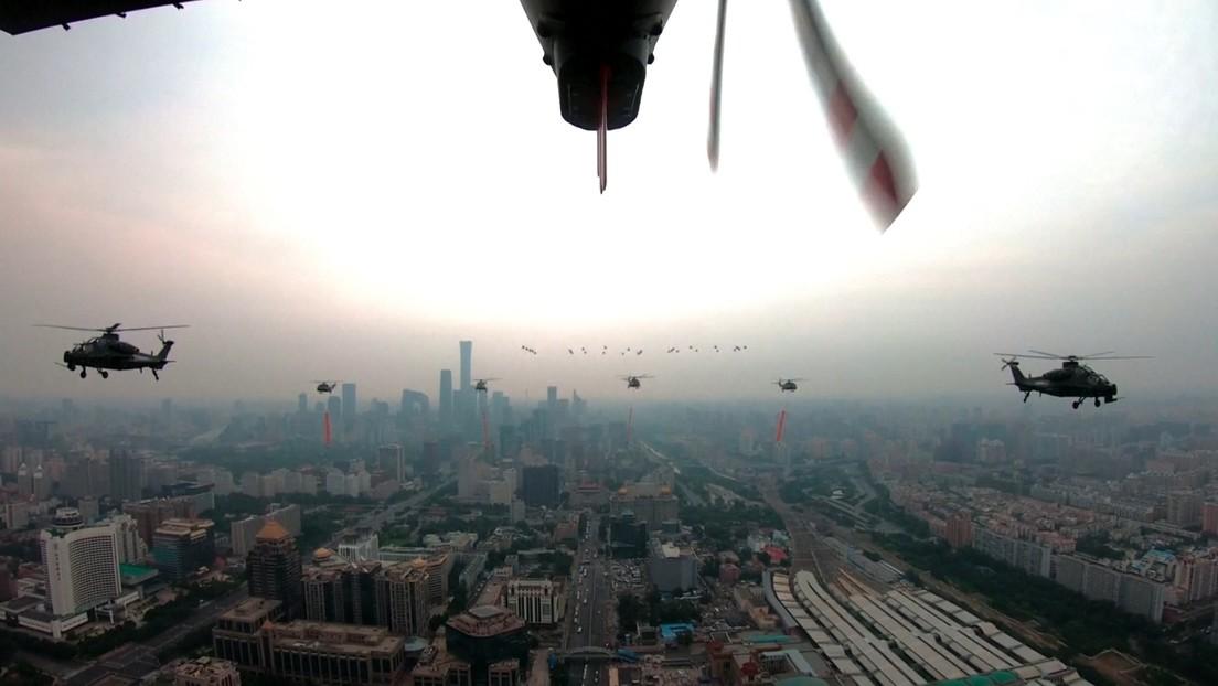 """15 cazas J-20 de China sobrevuelan Pekín en una formación """"sin precedentes"""" en el centenario del Partido Comunista (VIDEO)"""