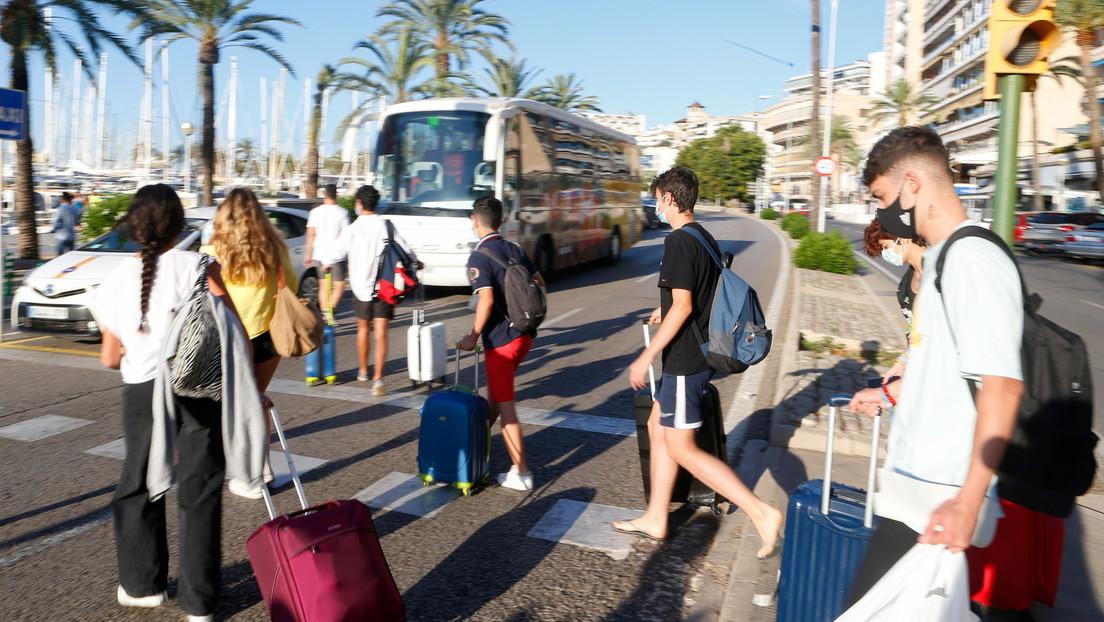 ¿Fin de la polémica? Fletan un ferry para los estudiantes negativos en covid-19 que estaban confinados en un hotel de cuatro estrellas en Mallorca