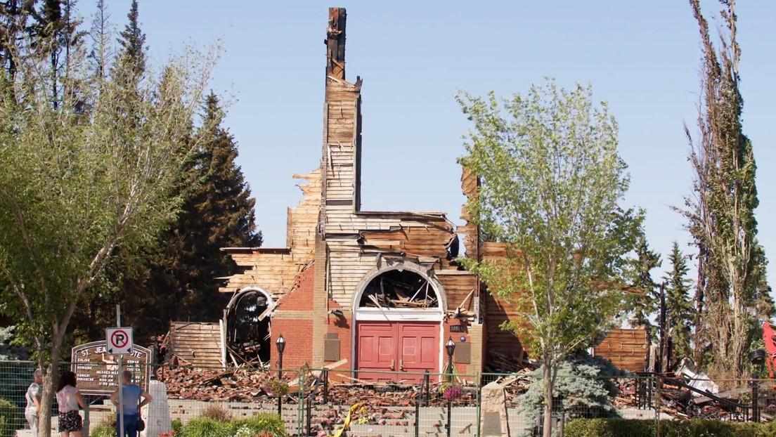 VIDEO: El fuego destruye otra iglesia católica en Canadá en medio de los hallazgos de tumbas de niños