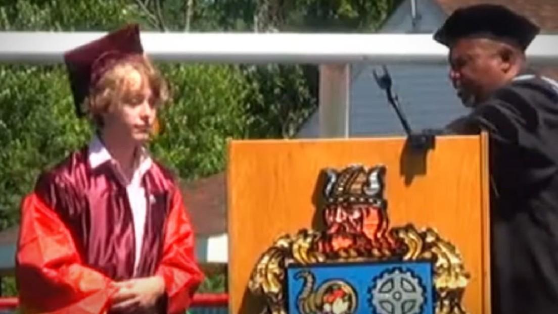 VIDEO: Cortan el micrófono a un estudiante 'queer' durante su discurso de graduación y el público le apoya