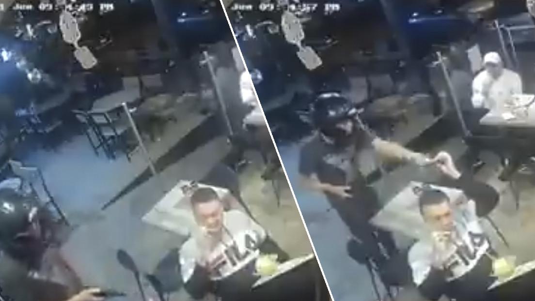 VIDEO: Un hombre no deja de comer sus alitas de pollo durante un robo a mano armada en un restaurante en México