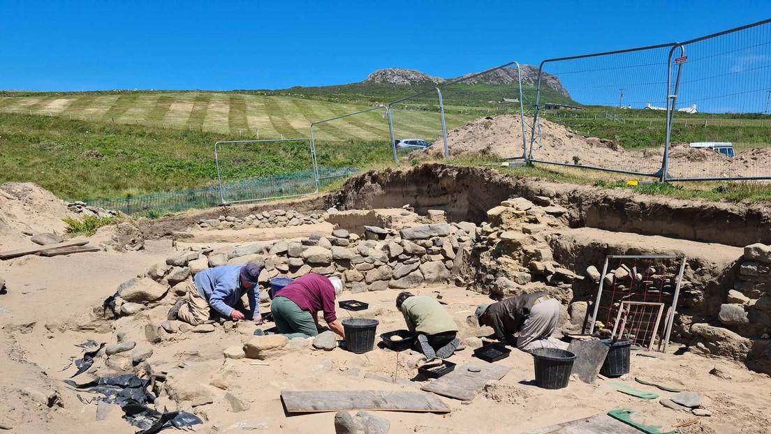 FOTOS: Encuentran cerca de 200 esqueletos de la Edad Media increíblemente bien conservados bajo la arena de una playa en Gales