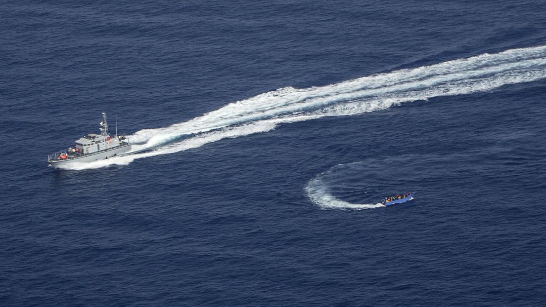 VIDEO: Un buque de la Guardia Costera libia arremete y dispara contra una embarcación con decenas de migrantes