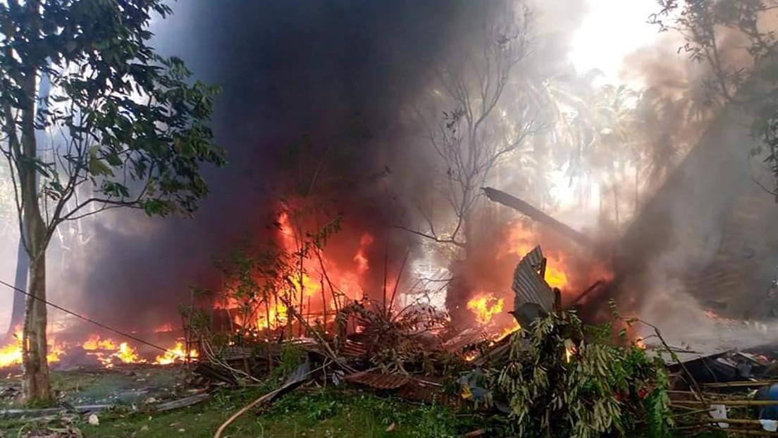 Primeras imágenes desde el lugar donde se estrelló un avión militar filipino con 96 personas a bordo