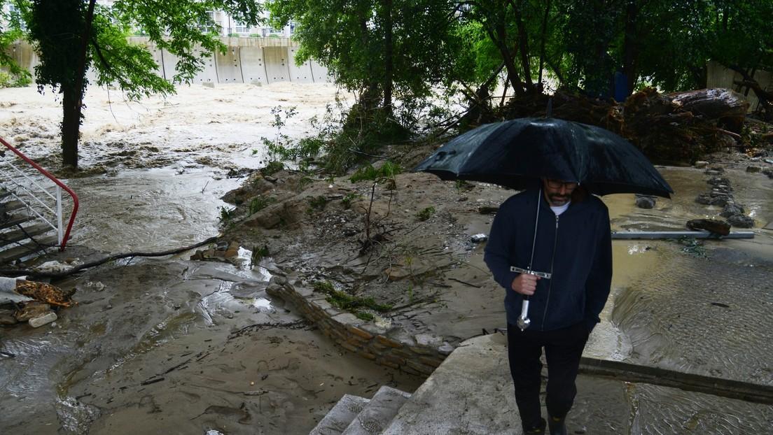Casas destruidas y autos arrastrados por los torrentes tras las inundaciones en un popular balneario ruso (VIDEOS)