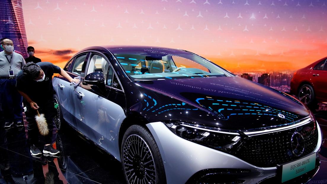 El coche eléctrico EQS de Mercedes-Benz adelanta al Tesla Model S en dos características clave