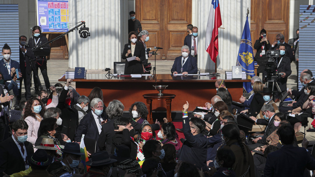 Sin medidas sanitarias y con problemas técnicos: los insólitos errores que retrasan por segundo día la labor de la Convención Constituyente de Chile