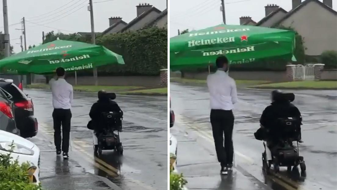 VIDEO: Un camarero usa una sombrilla de bar para proteger a un cliente en silla de ruedas en medio de un aguacero