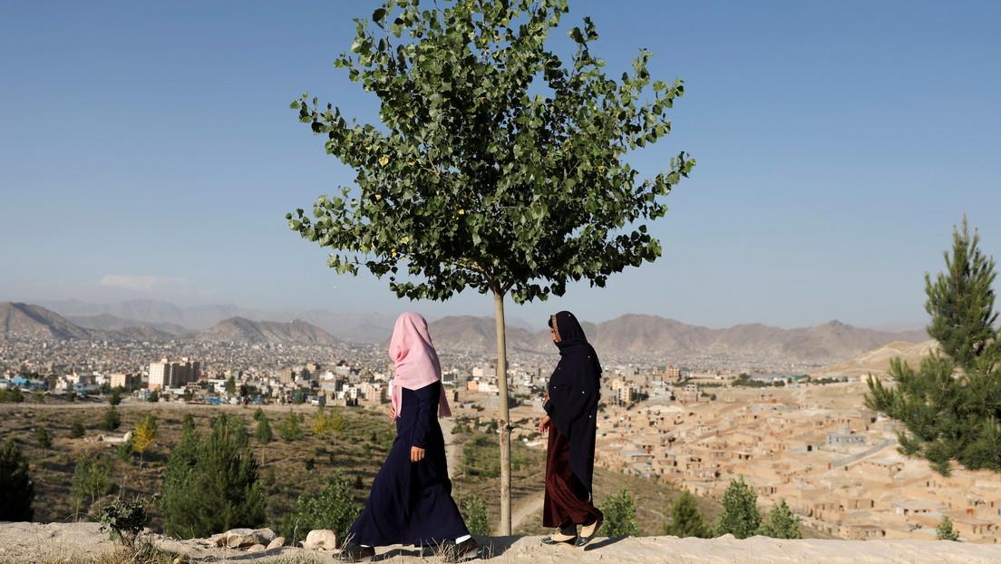 FOTOS: Mujeres armadas salen a las calles de Afganistán para desafiar a los talibanes