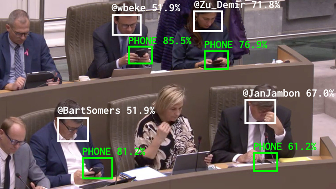 Crean una IA que pone en evidencia a los políticos que se distraen con sus teléfonos durante sesiones parlamentarias