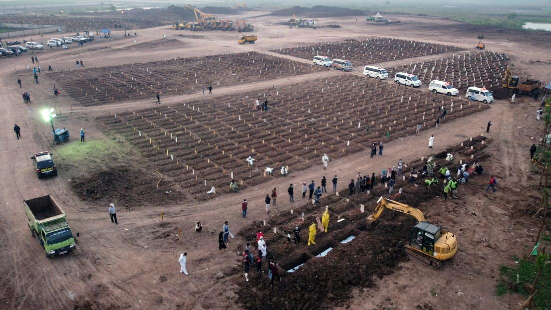 Muestran la rápida expansión de un cementerio de Indonesia cuando el país vive los días más mortíferos por el covid-19