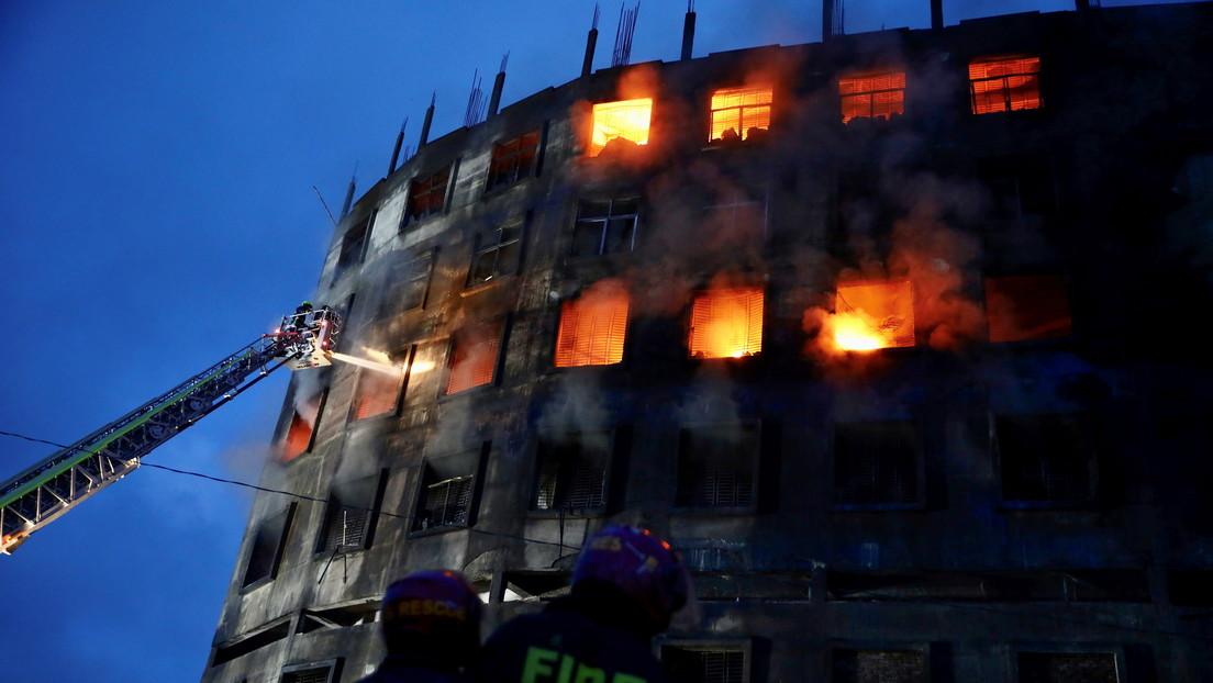 Incendio en una fábrica de Bangladesh deja más de 50 muertos y decenas de heridos