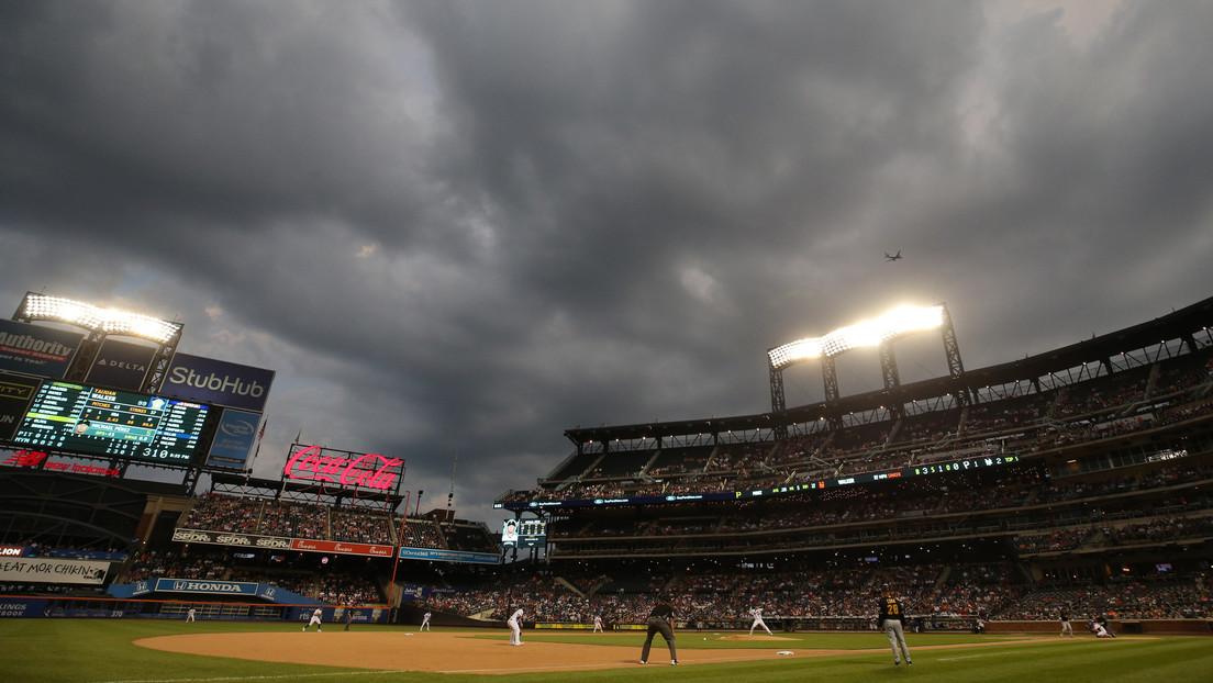 VIDEO: Agarra al vuelo una pelota de béisbol mientras sostiene a su bebé y una cerveza