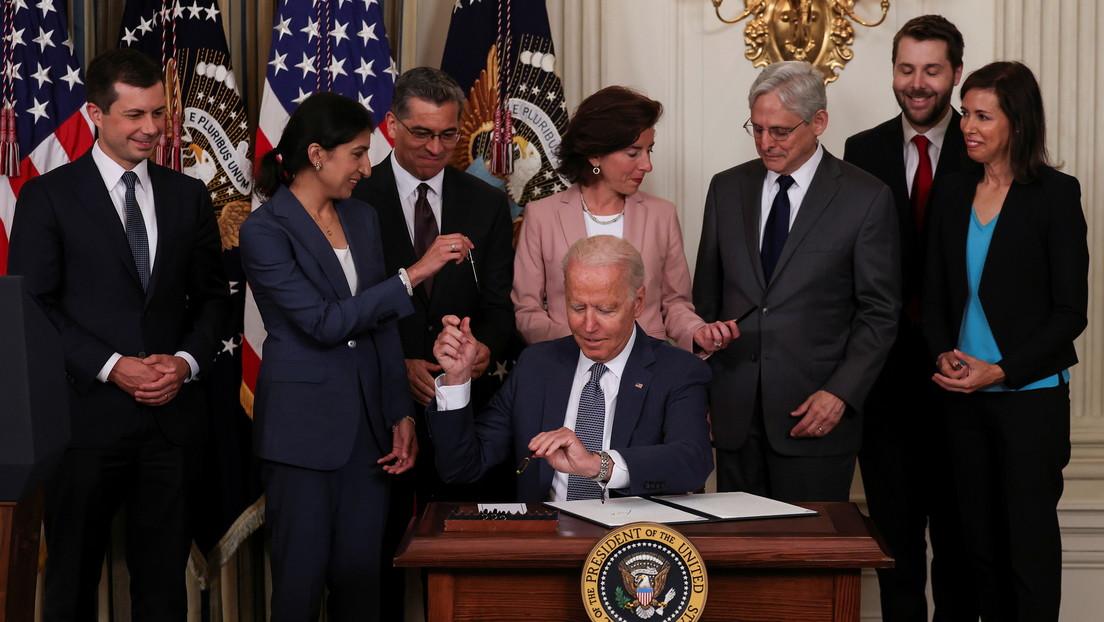 Biden firma una orden contra prácticas anticompetitivas que impulsa el escrutinio de los gigantes tecnológicos