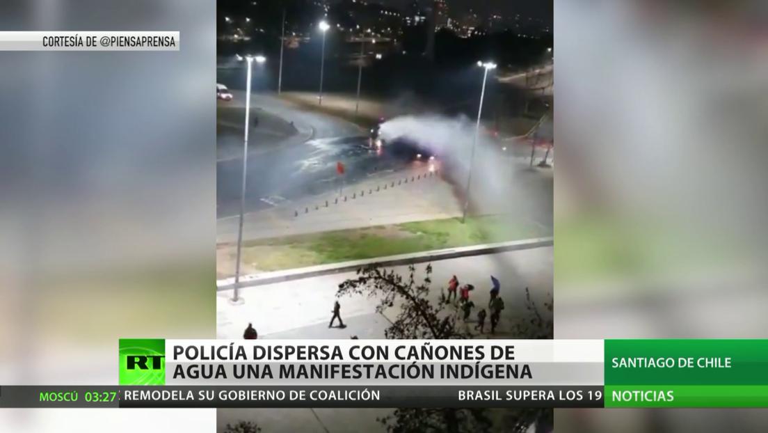 La Policía dispersa con cañones de agua una manifestación indígena en Santiago de Chile