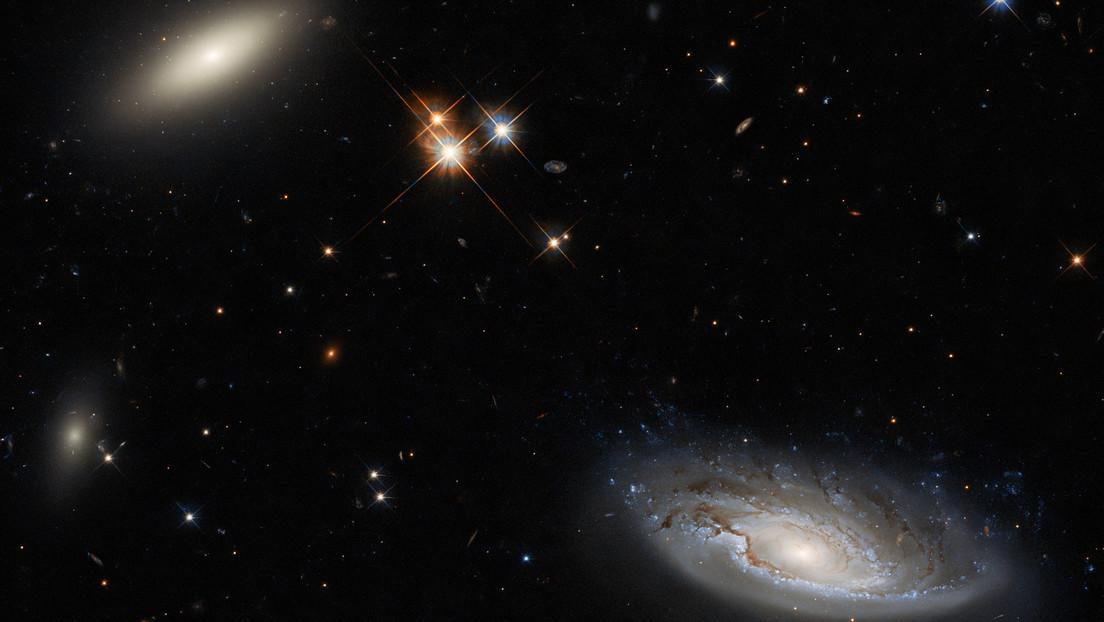El telescopio espacial Hubble capta dos enormes galaxias que son parte del cúmulo de Perseo
