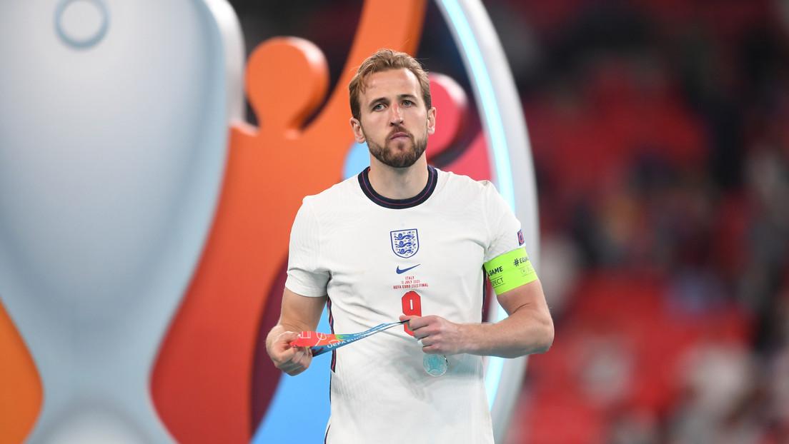 Jugadores de la selección de Inglaterra se quitan sus medallas de plata tras su derrota en la final de la Eurocopa ante Italia
