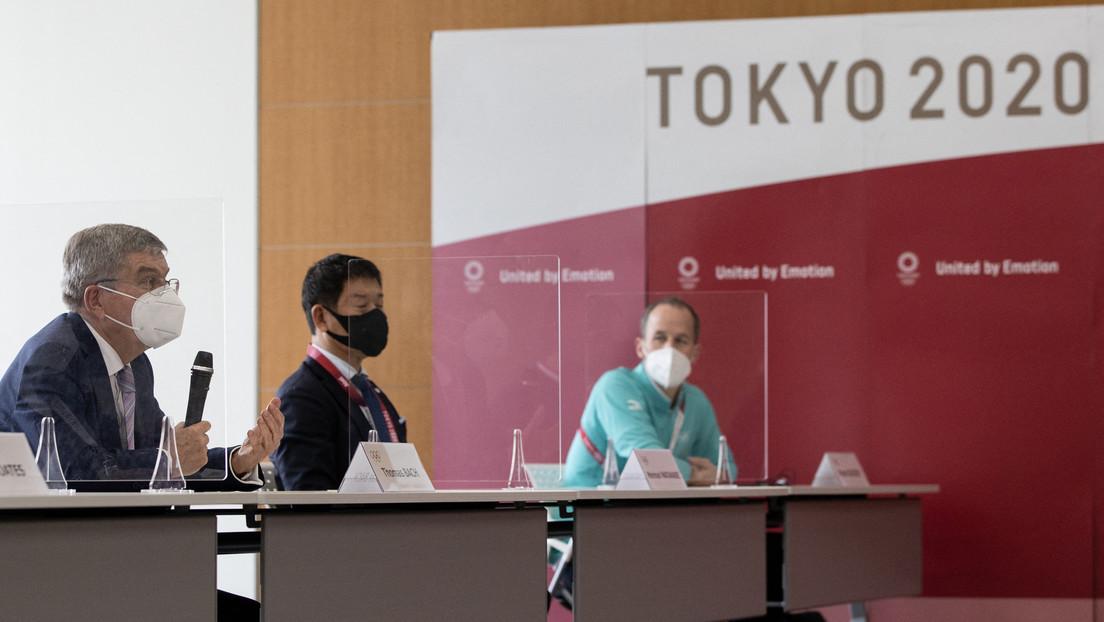 VIDEO: El jefe del Comité Olímpico Internacional confunde a chinos y japoneses durante una rueda de prensa en Tokio