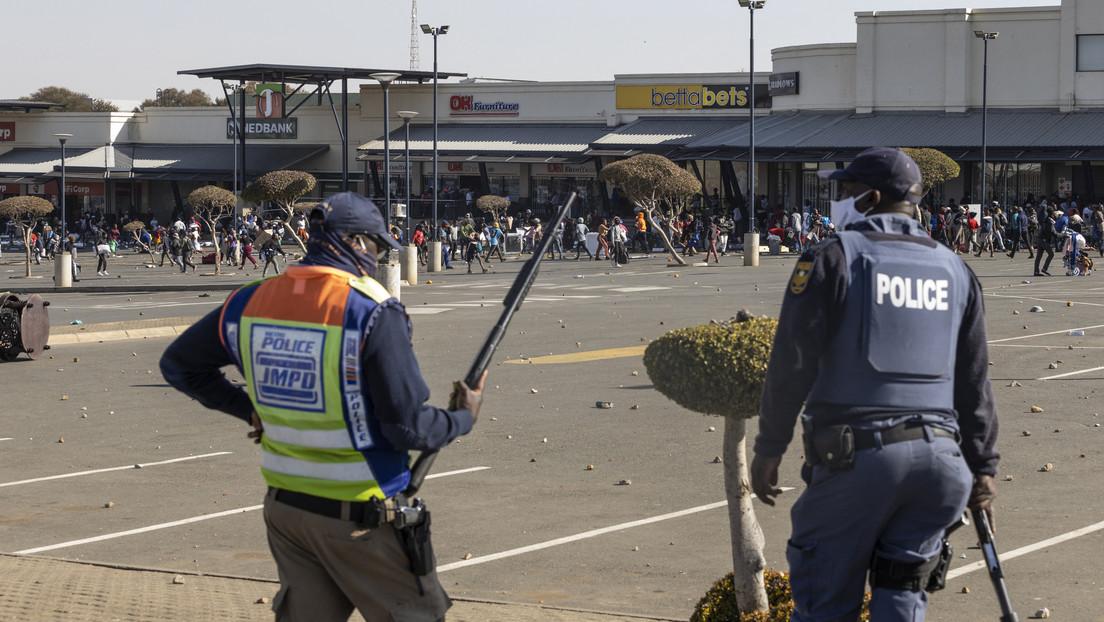 Captan cómo policías dejan escapar a unos saqueadores mientras continúan los disturbios en Sudáfrica (VIDEOS)