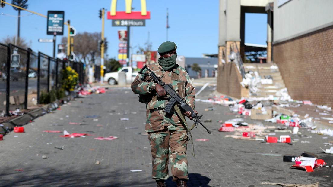 Más de 70 muertos en las protestas más masivas en años en Sudáfrica, agravadas con saqueos y disturbios (VIDEOS)