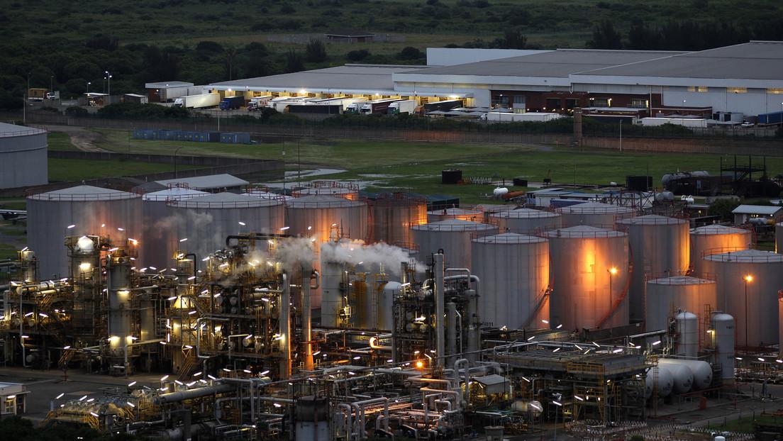 La refinería más grande de Sudáfrica suspende sus actividades por los violentos disturbios en el país que ya dejaron más de 70 muertos