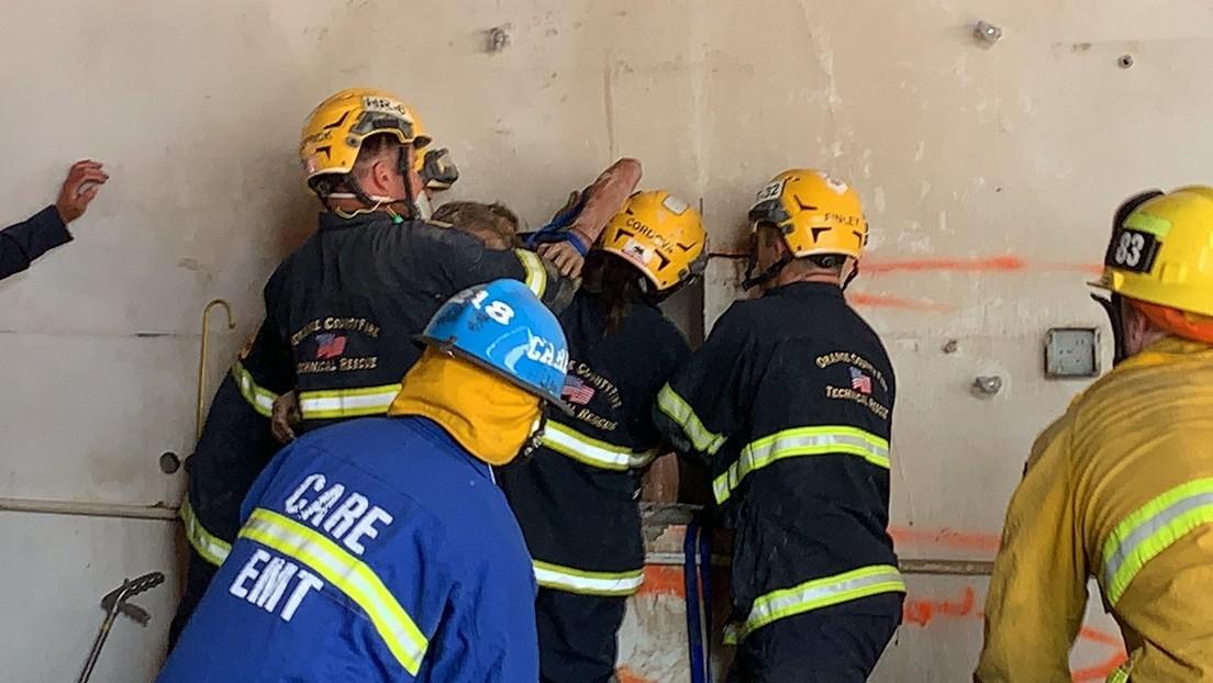 Rescatan a una mujer desnuda que quedó atrapada entre dos paredes en un espacio de menos de 30 centímetros de ancho (VIDEO)