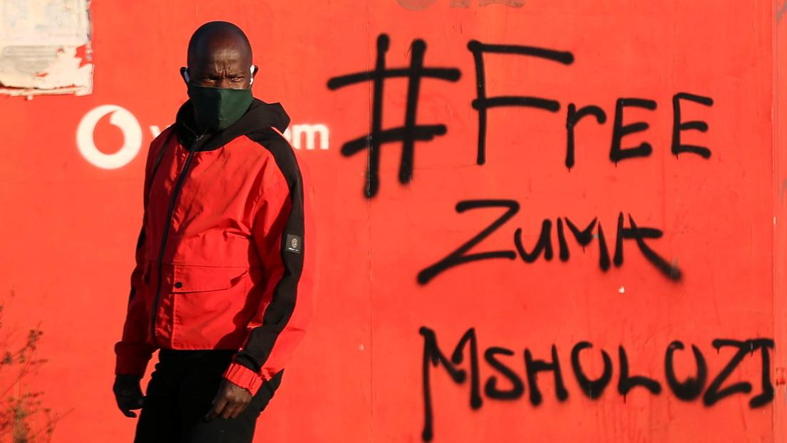 """Hijo del expresidente encarcelado de Sudáfrica pide a los saqueadores que protesten """"con cuidado y de manera responsable"""""""