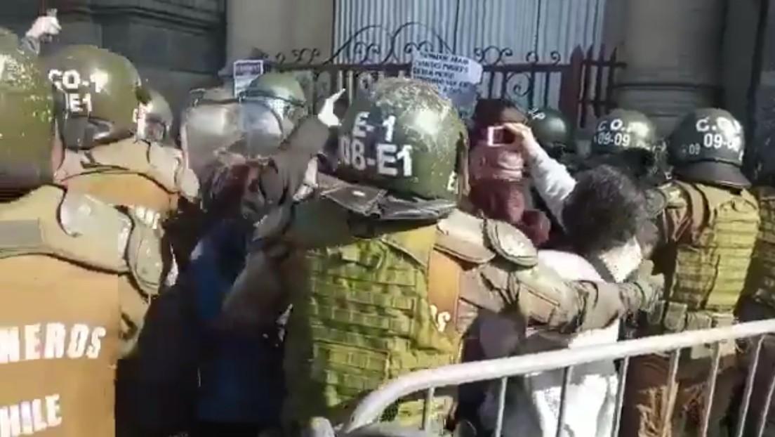 Detienen a varios convencionales en Chile en una manifestación por los presos durante el estallido social de 2019