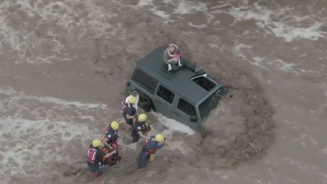 VIDEO: Así fue el impactante rescate de un padre y sus dos hijas, atrapados por fuertes inundaciones en EE.UU.