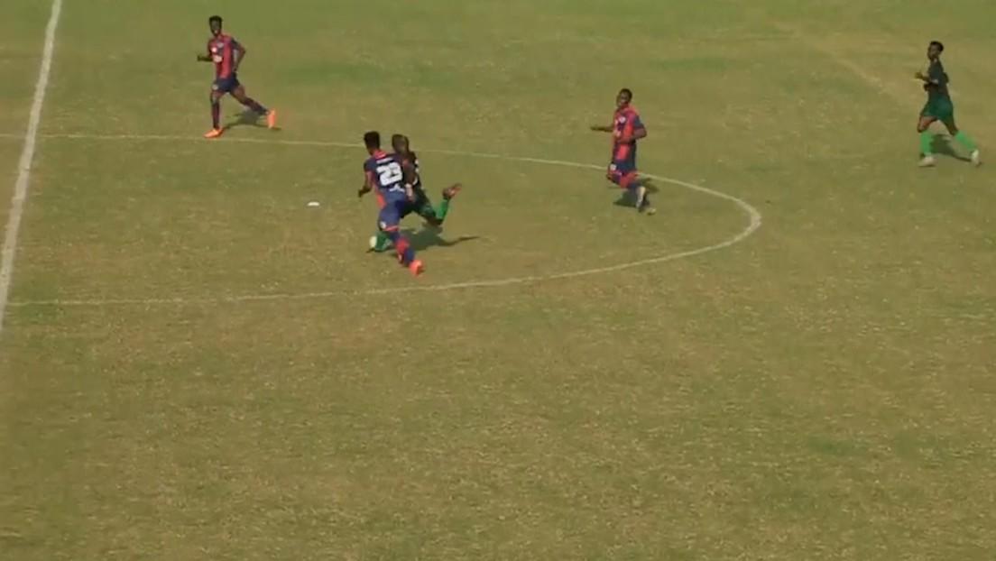 VIDEO: Un futbolista ghanés marca un golazo con un disparo desde su propio campo