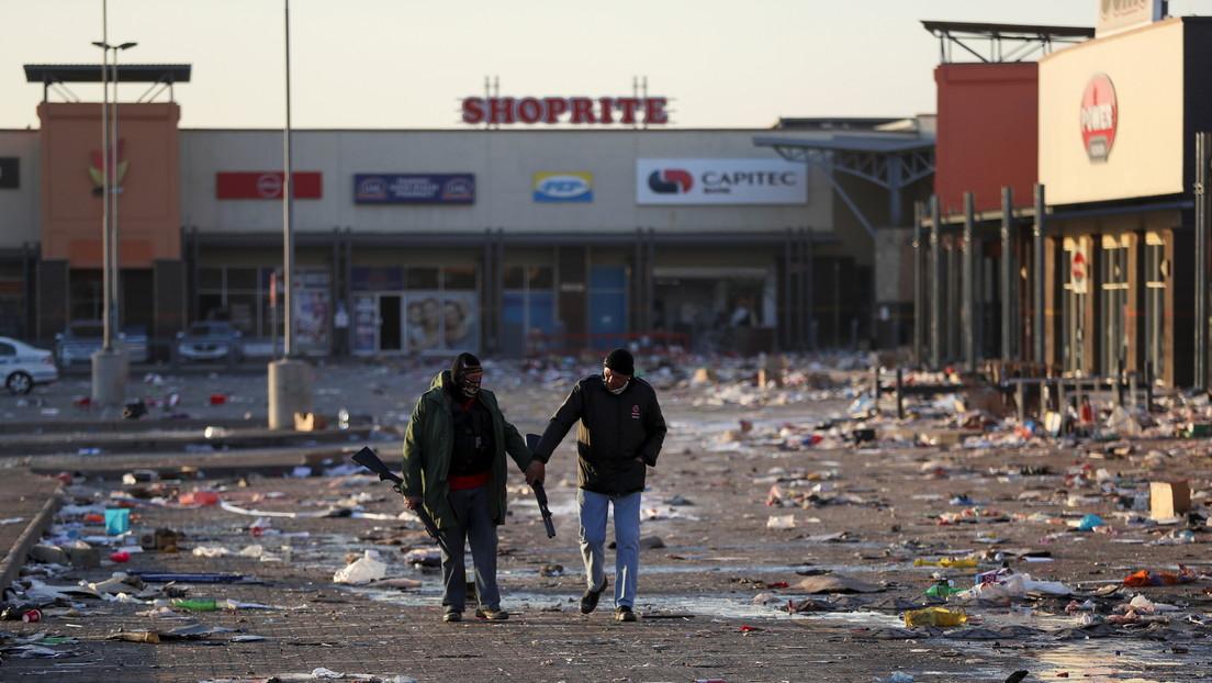 VIDEO: Vierten aceite en el piso para prevenir la entrada de saqueadores en Sudáfrica y se convierten en la única tienda no asaltada del lugar