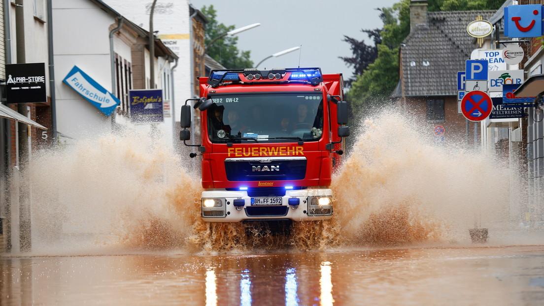 VIDEO: Vecinos rescatan a un bombero arrastrado por el agua en las inundaciones de Alemania