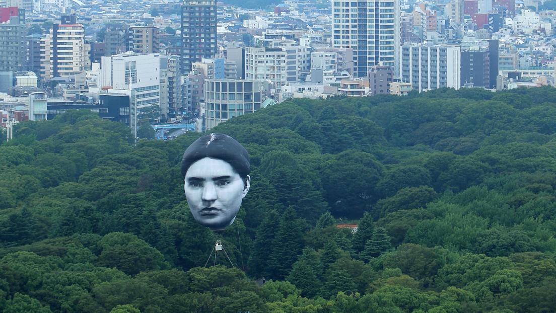 FOTO: Una cabeza flotante gigante se cierne sobre Tokio