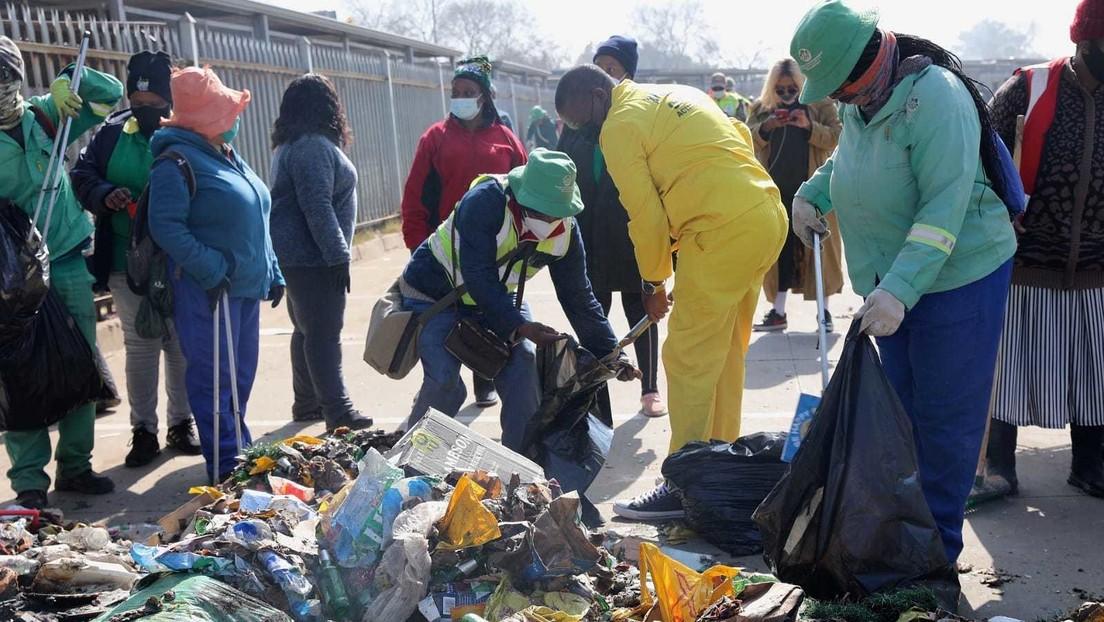 VIDEO: El primer ministro de una provincia de Sudáfrica limpia las calles tras los disturbios