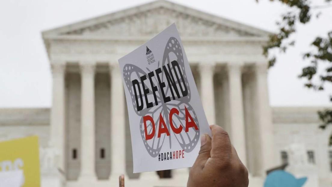 """Un juez de EE.UU. ordena cerrar el programa migratorio DACA a nuevos solicitantes, calificándolo de """"ilegal"""""""