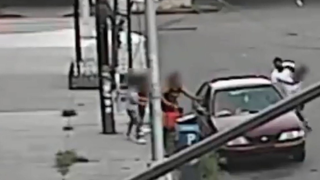 VIDEO: Intenta secuestrar a un niño de 5 años en plena calle, pero su madre lo evita sacándolo por una ventana del coche del atacante