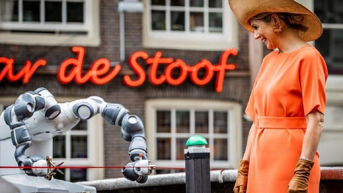 La reina Máxima de Países Bajos inaugura el primer puente de acero impreso en 3D del mundo con ayuda de un robot
