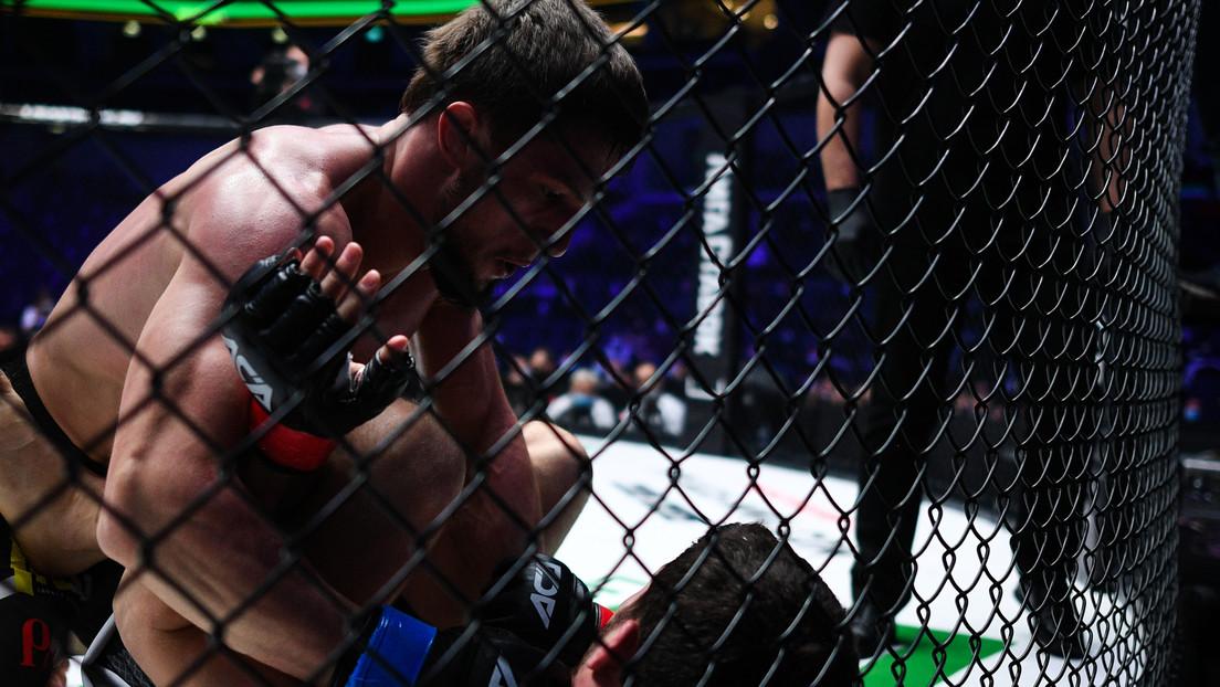 VIDEO: Un peleador de MMA recibe un fulminante derechazo que lo deja paralizado de pie y solo sostenido por la jaula