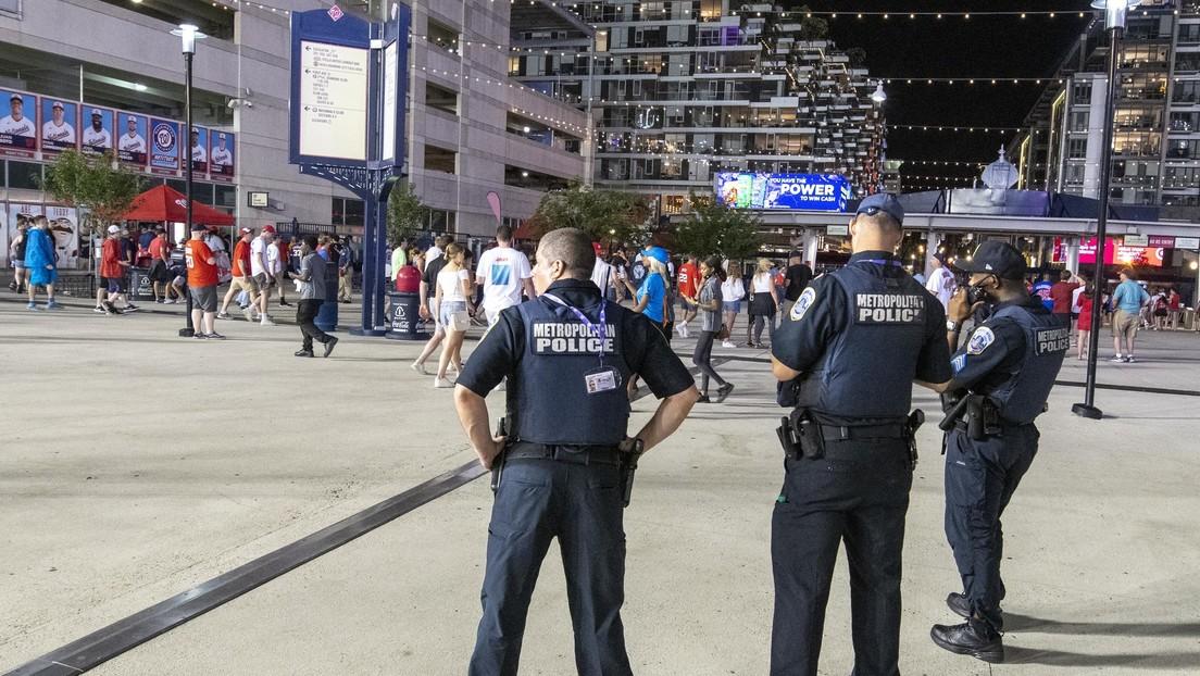 VIDEO: El momento en que se escuchan disparos durante una transmisión en vivo de un partido de béisbol que provoca una masiva fuga del público