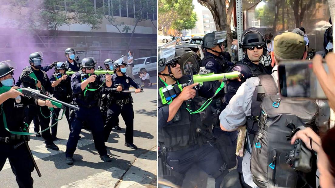VIDEO: Un policía dispara a quemarropa una bala de goma a una mujer que le pide bajar el arma durante una protesta LGBTQ+ en Los Ángeles