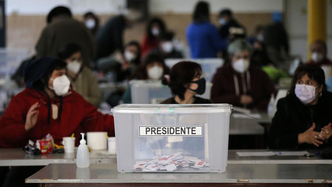 El candidato de la derecha Sebastián Sichel y el izquierdista Gabriel Boric triunfan en las primarias presidenciales en Chile