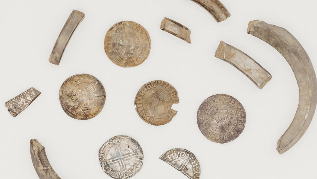 Descubren en una isla británica un tesoro vikingo de unos 1.000 años compuesto por 100 piezas de plata