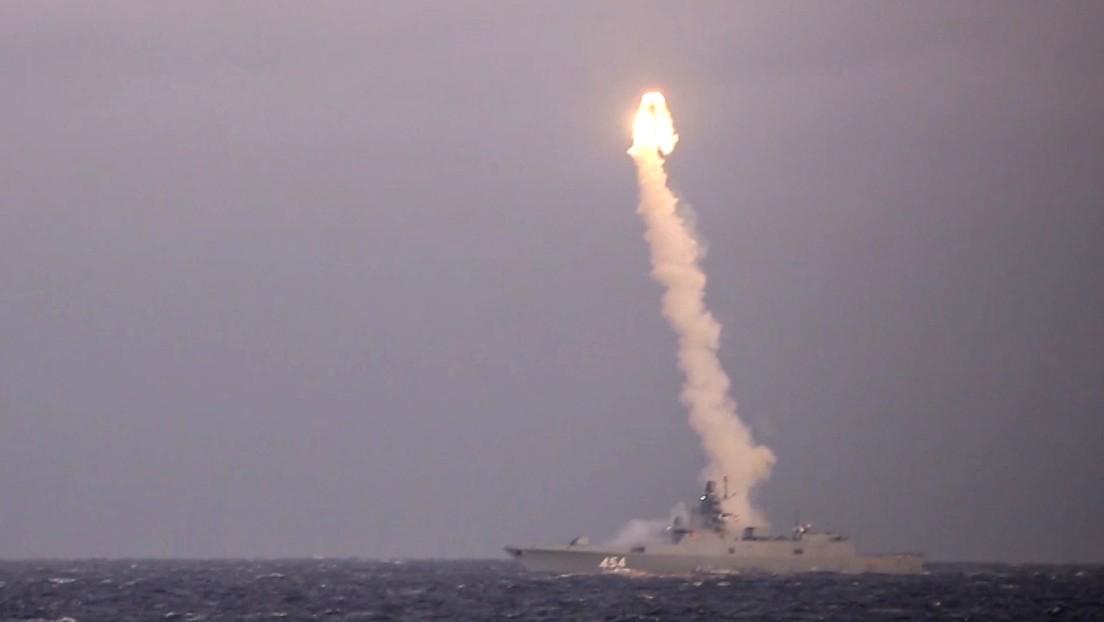 Una fragata rusa dispara un misil hipersónico Tsirkón contra un objetivo terrestre durante unas pruebas