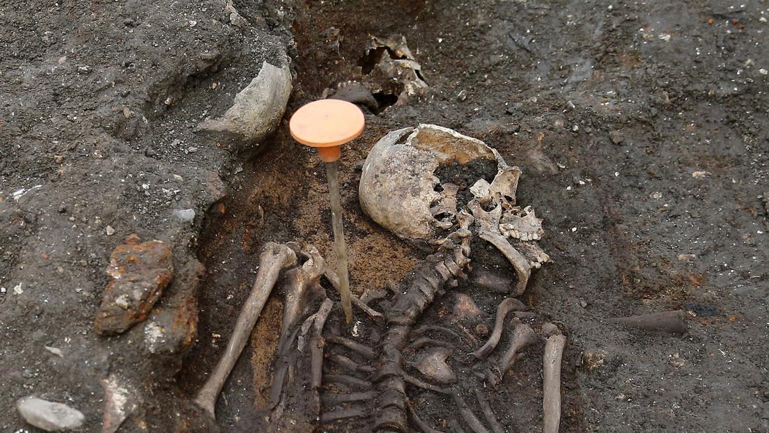 Entre las piernas de un esqueleto encuentran en Inglaterra una botella con un líquido misterioso (FOTO)
