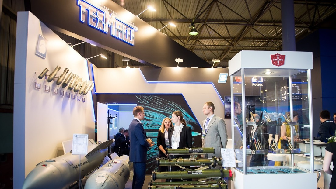 El misil no guiado ruso S-13B se presenta en el salón aeronáutico internacional MAKS 2021