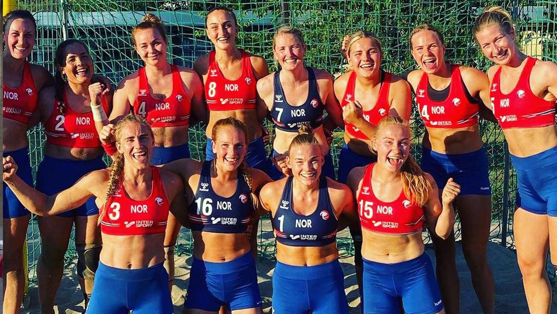 """Multan al equipo femenino de balonmano playa de Noruega por """"vestimenta inapropiada"""" tras jugar con pantalones cortos en vez de bragas de bikini"""