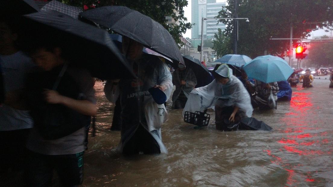 Pasajeros del metro  atrapados con el agua casi al cuello y coches flotando por fuertes inundaciones en China (VIDEOS)