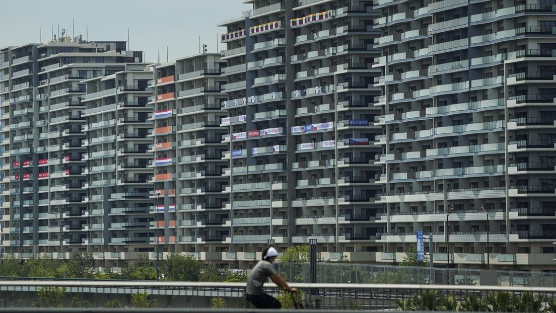 """Techos bajos, baños 'de avión' y minimalismo absoluto: atletas critican la Villa Olímpica """"medieval"""" de Tokio"""