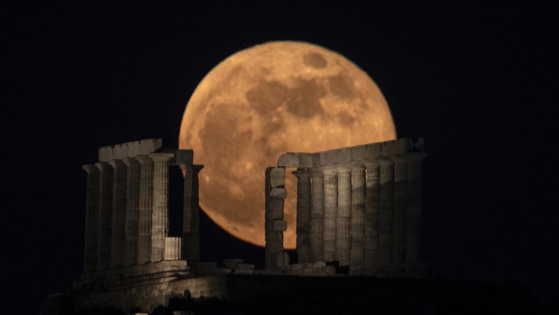 VIDEO: La luna llena 'del ciervo' ilumina el antiguo templo griego de Poseidón