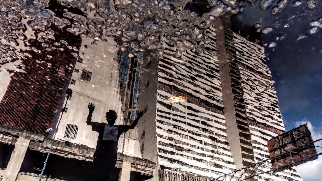 Las desconcertantes imágenes de una Caracas al revés reflejada en los charcos